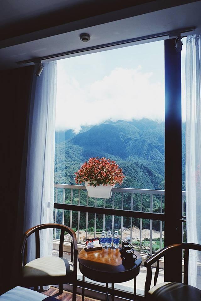 Ngay khi mở rèm, du khách sẽ thấy mây và núi đang ở rất gần.