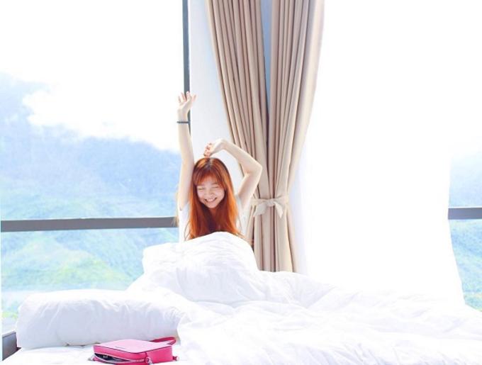 Mỗi sáng khi thức dậy, cảnh đầu tiên du khách nhìn thấy là dãy Fansipan như một bức tranh đẹp trên nền trời.