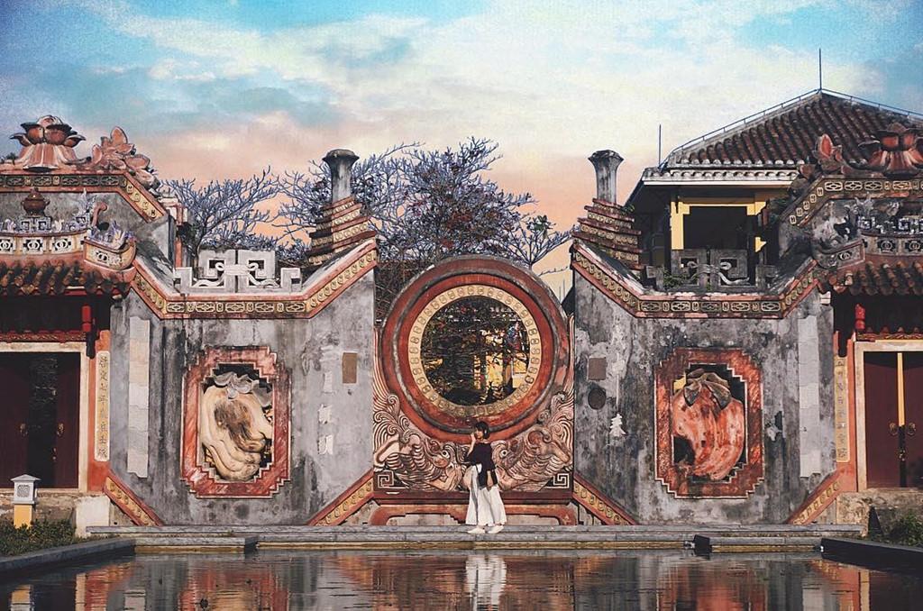 Mới đây, Tam quan chùa Bà Mụ, một trong những kiến trúc đẹp nhất tỉnh Quảng Nam đã hoàn thành trùng tu và tổ chức đón khách tham quan. Nơi đây nhanh chóng trở thành điểm đến check-in không thể bỏ lỡ của du khách khi đến mảnh đất này. Ảnh: @vietnamtravels.
