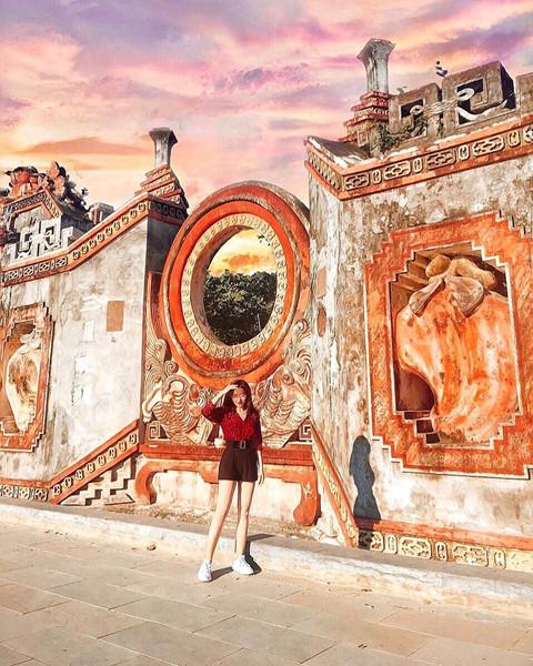 Được khởi dựng vào năm 1626, tại một địa điểm khác, sau đó mới dời đến địa điểm hiện nay, Tam quan chùa Bà Mụ giữ vai trò quan trọng trong đời sống tinh thần của cộng đồng dân cư Hội An nói chung và cộng đồng làng Minh Hương nói riêng. Ảnh: @nguyenn.anhtuan, @vththuhang.