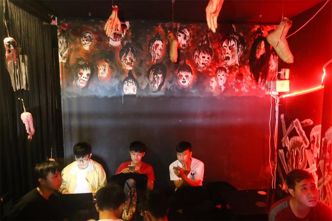 """Một tháng nay, quán trà sữa trên đường Nguyễn Kiệm (quận Phú Nhuận, TP HCM) thu hút đông khách nhờ thiết kế mang phong cách kinh dị. Ánh sáng mờ ảo cùng những vật dụng, hình nộm, tranh ảnh dễ khiến người """"yếu tim"""" sợ hãi.eu-am-phu-ivivu-1"""