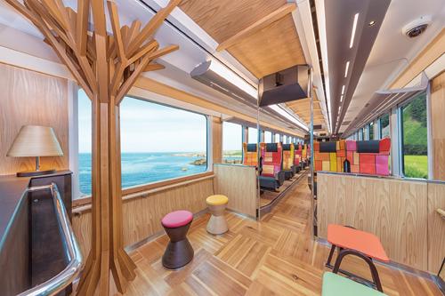 Bên trong tàu JR East Pass được thiết kế tinh tế cùng những tiện ích thú vị.