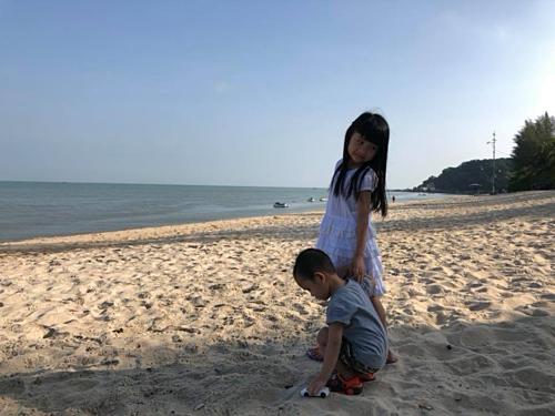 Vì đi vào dịp hè, hoạt động chính của gia đình chị Hường là đưa con ra biển chơi. Ảnh: NVCC.