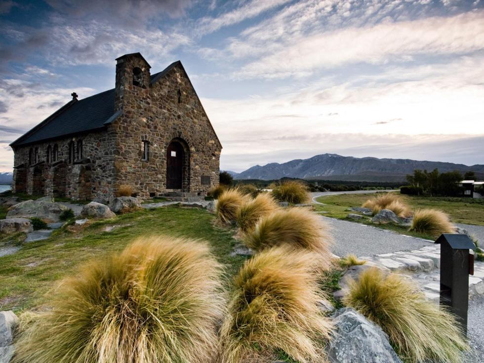 """Aotearoa, hay """"đám mây trắng trải dài"""", là cái tên đầu tiên được đặt cho New Zealand khi người Maori đặt chân đến vùng đất này nhiều thế kỷ. Trên quốc đảo này có những rặng núi đẹp như dãy Alps của Thuỵ Sỹ, những vùng đồng bằng tràn ngập hoa thơm trái ngọt hơn cả Anh quốc, những sông suối đầy cá bơi lội như ở Scotland, những vùng vịnh êm đềm như ở Nauy, hay những bãi biển quyến rũ như ở California... - Ảnh: Thomas Young"""