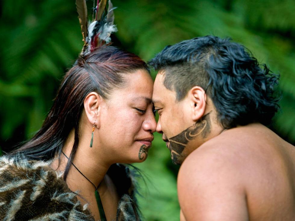Người Maori ở New Zealand chào nhau bằng cách cọ mũi vào nhau. Theo thần thoại Maori, đảo nam New Zealand là chiếc xuồng mà tổ tiên Maui từ đó đã kéo hòn đảo bắc ra khỏi biển khơi - Ảnh: Frans Lemmens