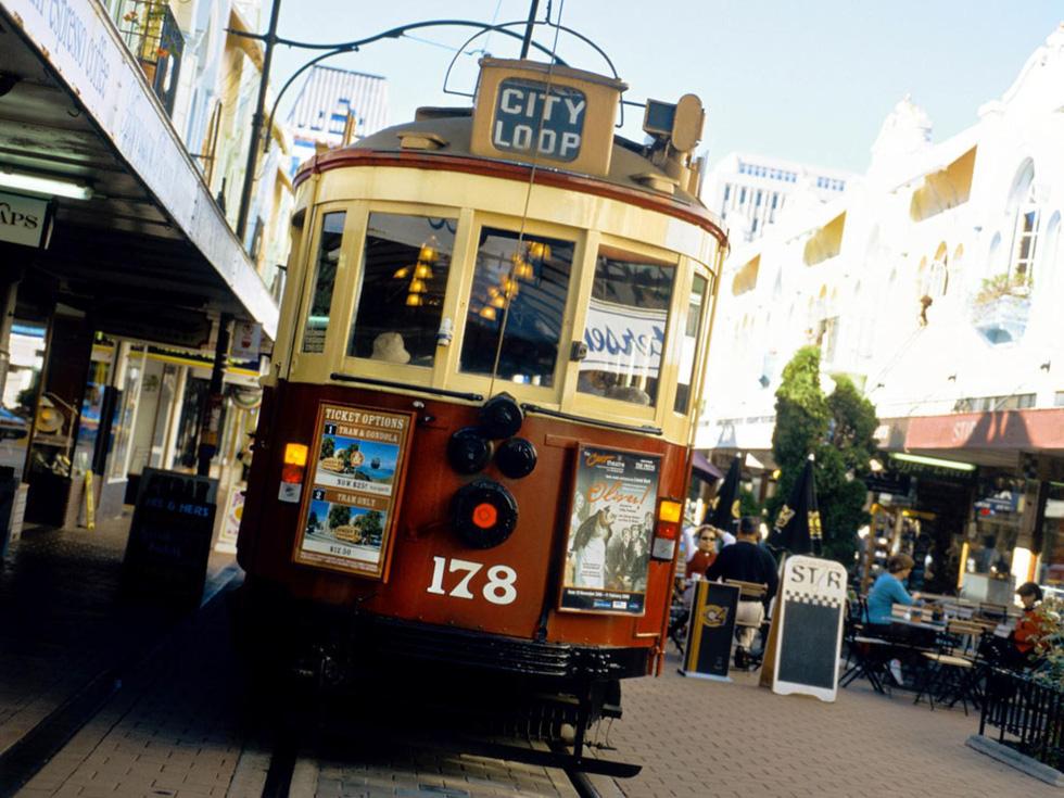 """Tàu điện chở du khách thưởng ngoạn giữa trung tâm Christchurch. Khi mới được thành lập vào năm 1850, nhà thơ Denis Glover gọi thành phố là """"phần huyền bí nhất của đồng bằng Canterbury"""" - Ảnh: Claver Carroll"""