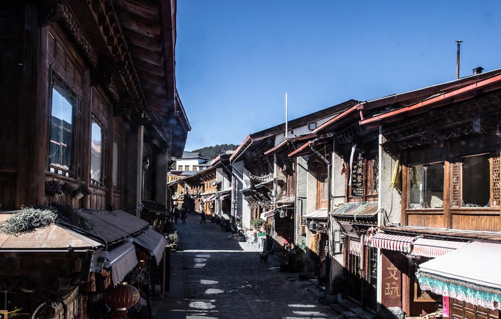 Shangri-La nằm ở phía tây bắc của tỉnh Vân Nam, Trung Quốc, là địa điểm du lịch nổi tiếng được nhiều người biết tới. Đến đây, bạn sẽ được chiêm ngưỡng những danh thắng tuyệt đẹp và tận hưởng không khí trong lành, mát mẻ. Đặc biệt, vào thời điểm không phải mùa du lịch, bạn sẽ bất ngờ bởi vẻ yên bình lạ thường của vùng đất hút khách này.
