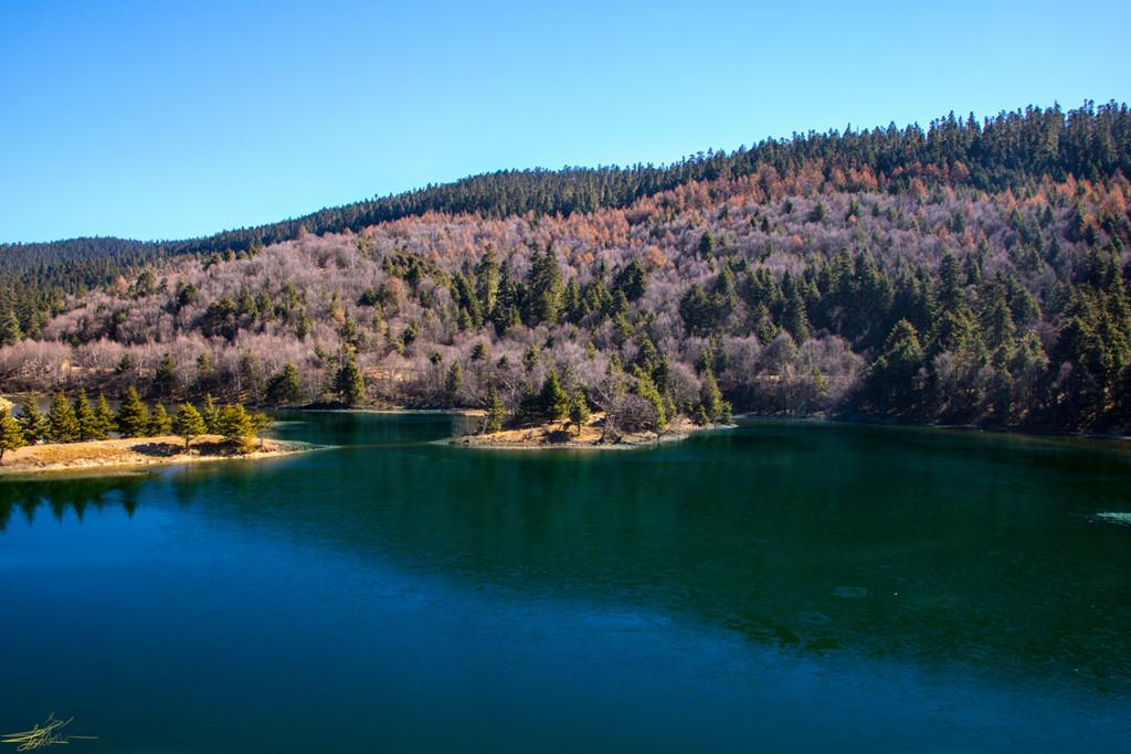 Hồ Thuộc Đô (Shudu) rộng 1,2 km2, nằm ở độ cao hơn 3.300 m trên mực nước biển, cách cổng chính của công viên khoảng 13 km. Cái tên Shudu có nghĩa là hồ nước nằm bên cạnh quả đồi. Khung cảnh nơi đây thực sự đẹp với rừng cây đầy màu sắc và mặt nước xanh trong. Bạn sẽ ngỡ như mình đang lạc vào chốn tiên cảnh.