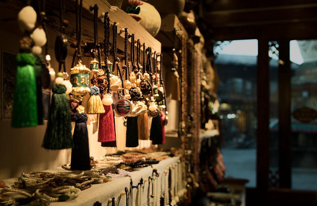 Những cửa hàng đồ lưu niệm thủ công được bày bán đầy màu sắc cũng thưa thớt khách du lịch ghé mua. Đến đây, bạn sẽ bị mê hoặc bởi các vật dụng nhỏ xinh, sặc sỡ và giá cũng không hề rẻ với một món đồ khoảng 270.000 đồng. Một số quán xá ở đây đều làm theo kiểu nhà bằng đất của người địa phương xưa rất đặc biệt.