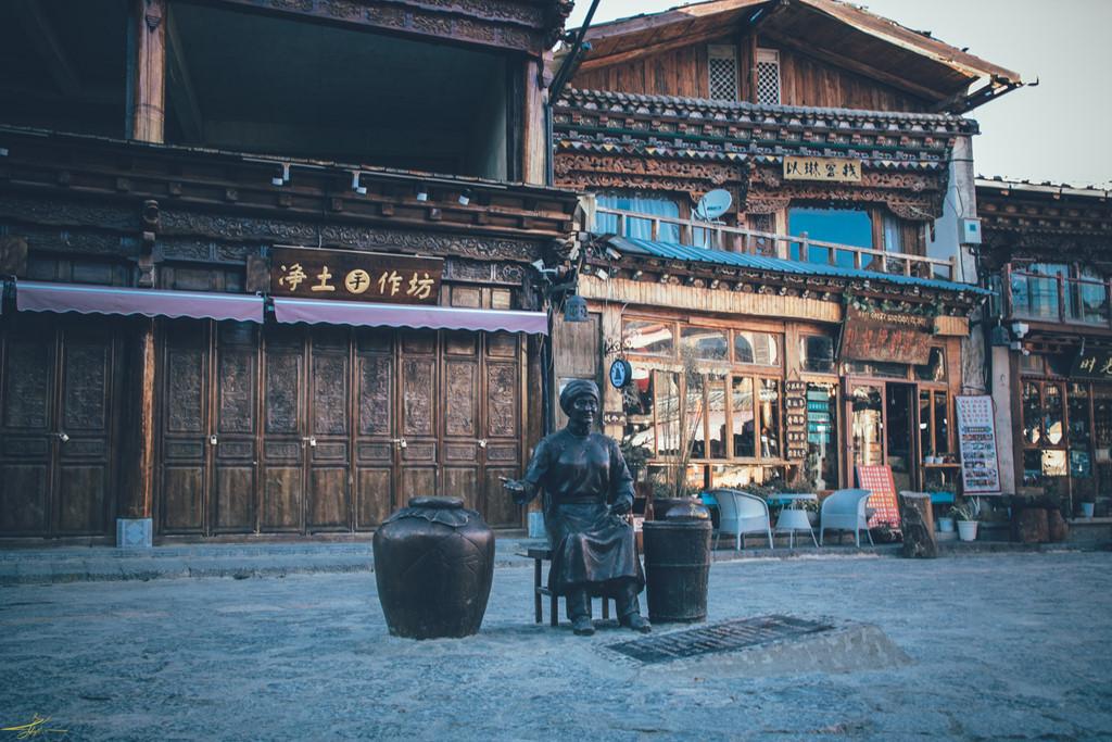 Bước vào mùa đông, thời tiết ở đây thường ở mức nhiệt 3 độ C, bởi cái lạnh khắc nghiệt, đa số cửa hàng của người Hán đều đóng cửa. Tản bộ dọc khu phố cổ, bạn sẽ thấy chỉ có lác đác một ít quán sáng đèn, còn lại tất cả đều im lìm trong giấc ngủ đông lạnh lẽo.