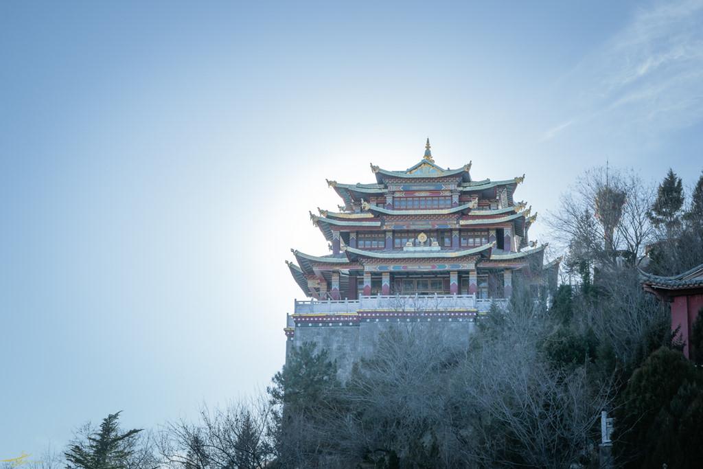 Từ cổ trấn, bạn có thể phóng tầm mắt hướng về Đại Phật Tự, một ngôi chùa nằm trên ngọn núi cao ở Shangri-La. Đến đây, bạn có thể chiêm ngưỡng toàn cảnh khu vực trung tâm Shangri-La với những mái nhà độc đáo tựa cảnh quay trong một thước phim cổ trang Trung Quốc. Sự vắng vẻ, thưa khách càng tô đậm thêm nét uy nghiêm, thanh khiết của ngôi chùa.