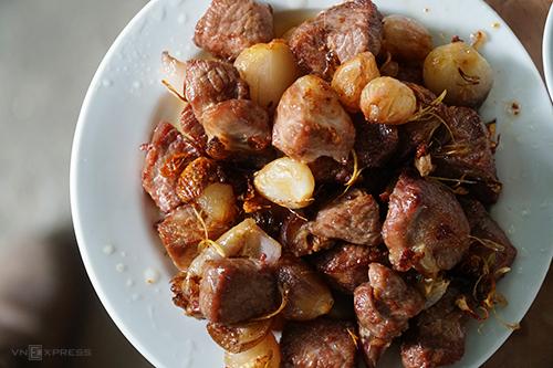 Thịt dê áp chảo cũng là món được nhiều khách ưa chuộng. Ảnh: Phong Vinh.
