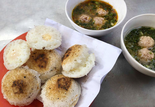Bánh căn chấm với nước mắm, mắm nêm và ăn thêm viên xíu mại nhỏ.