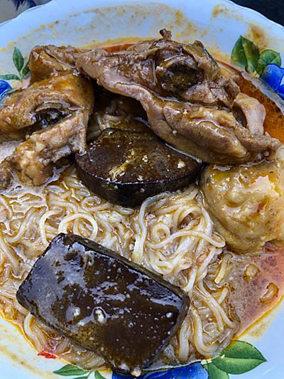 Màu sắc, vị và độ sệt của tô bún cà ri chợ Tân Châu khác nhiều so với những phiên bản tại Việt Nam và các nước. Cà ri có nguồn gốc từ Ấn Độ, sau đó phổ biến ở Đông Nam Á. Tại một số nước, món cà ri có nhiều biến thể và trở thành đặc sản quốc gia. Ảnh: Dy Khoa.