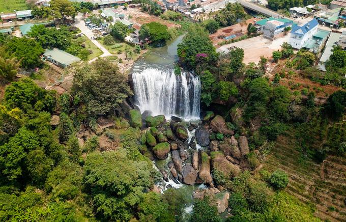 Thác Voi (thị trấn Nam Ban, huyện Lâm Hà, Lâm Đồng) cách thành phố Đà Lạt 25 km là một trong những thác nước đẹp của Tây Nguyên. Thác nằm trên dòng suối Cam Ly, cao hơn 30 m, rộng chừng 15 m.