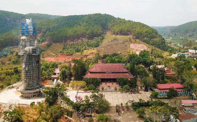 Chùa Linh Ẩn ở ngay cạnh thác Voi cũng là điểm tham quan phổ biến của du khách, khi khám phá quanh Đà Lạt. Ngôi chùa xây năm 1993, không gian thoáng đãng, kiến trúc tinh tế, được ví như Thiền Viện Trúc Lâm thứ hai của thành phố ngàn thông.