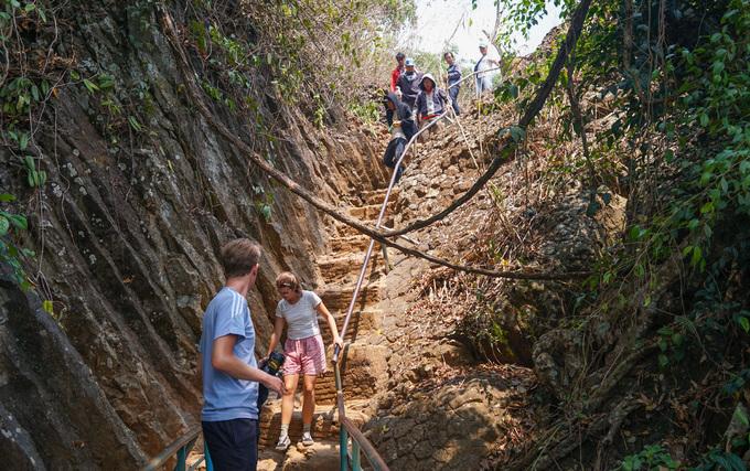 Khách tham quan phải xuống chân núi để nhìn toàn cảnh thác Voi. Từ đỉnh xuống chân thác khoảng 145 bậc, cung đường gập ghềnh với những phiến đá mấp mô, xung quanh tán cây chằng chịt.
