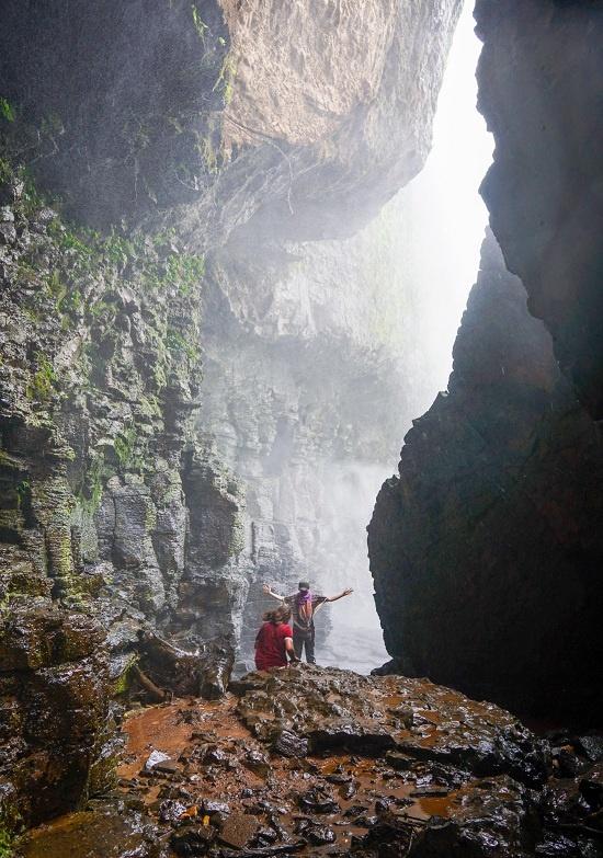 Những tảng đá cao tạo ra tiếng gió thổi vi vút bên cạnh dòng thác ào ào đổ nước. Phía ngoài cùng hang lúc nào cũng trắng xóa vì hơi nước.