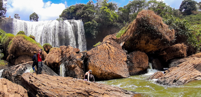 Nhiều khách không ngại hiểm trở, xuống tận chân thác, leo ra mỏm đá chụp ảnh, đùa giỡn với dòng nước chảy. Khu du lịch không khuyến khích điều này vì dưới thác nhiều đá ngầm, nước chảy xiết, nhất là vào mùa mưa.
