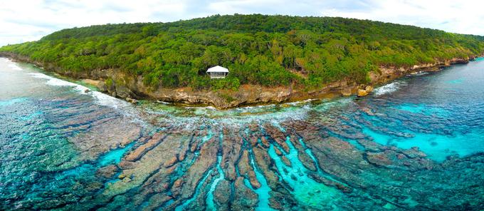 Đảo Christmas thuộc lãnh thổ của Australia nằm ngoài khơi Ấn Độ Dương. Hòn đảo được đánh giá tựa một thiên đường nhiệt đới với địa hình đa dạng như thác nước, rừng cây, bờ biển… Tuy nhiên, điều khiến hòn đảo nổi tiếng là cuộc di cư khổng lồ của loài cua đỏ, một hiện tượng tự nhiên mà du khách và các nhà khoa học đánh giá là đáng kinh ngạc. Ảnh: Who Magazine.