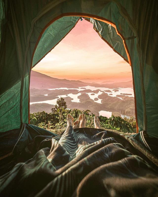 """Cắm trại trên đỉnh, ngắm trọn vẹn """"vịnh Hạ Long"""" của Tây Nguyên. (Ảnh: Én)"""