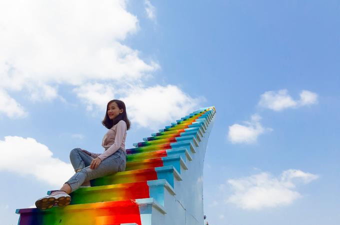 """Từ Tết Nguyên đán, chiếc cầu thang được mệnh danh là """"nấc thang lên thiên đường"""" được bố trí tại công viên Đầm Sen (quận Tân Phú, TP HCM). Mô hình này phỏng theo cầu thang vô cực từng """"gây sốt"""" ở Đà Lạt hồi cuối năm ngoái."""