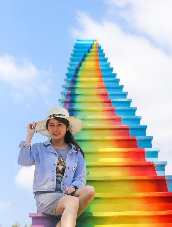 """Tác phẩm có tên chính thức là """"cầu vồng chân mây"""" với những bậc thu nhỏ dần hướng lên cao được sơn nhiều màu sắc."""