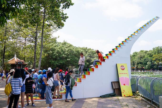 Thang cao khoảng 6 m, nghiêng 45 độ, thi công trong gần một tháng. Vào dịp cuối tuần, điểm đến thu hút nhiều người tới chụp ảnh.