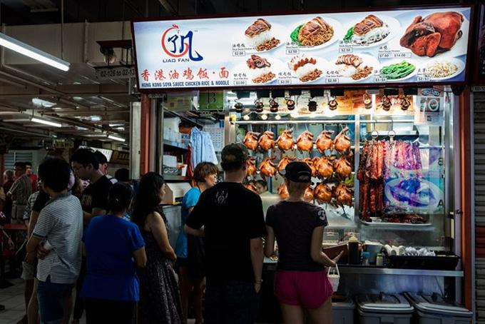 Quầy hàng Liao Fan trong food court ở China Town được ông Chan mở năm 2009 phục vụ các món gồm cơm, mì ăn kèm với gà quay, xá xíu, thịt heo quay, sườn heo và tất nhiên không thể thiếu món mì và cơm gà với sốt tương 'thần thánh'. Tháng 7/2016, quầy hàng bình dân này đã gây bất ngờ và trở thành chủ đề tranh cãi khi nhận được một sao Michelin. Và đây được coi là nhà hàng Michelin rẻ nhất thế giới.