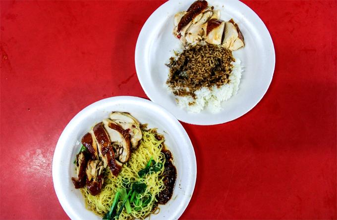 Mì và cơm gà quay sốt tương là hai món hầu như ai đến đây cũng ăn, trong đó mì sốt tương có phần đắt khách hơn.