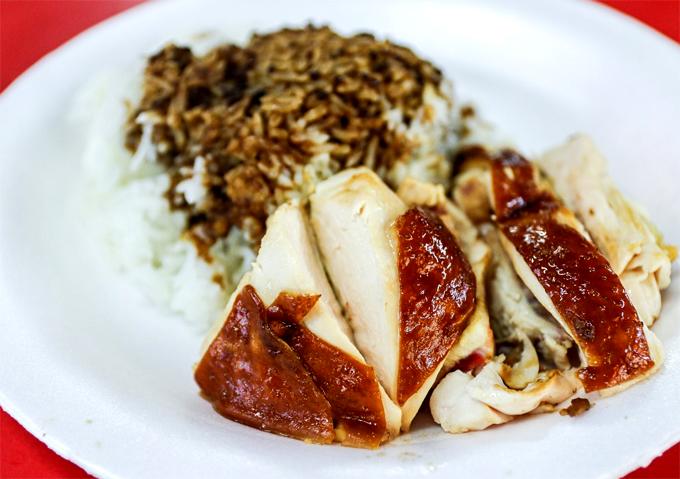 Còn cơm gà sốt tương có giá 2 SGD. Và trong suốt 8 năm qua, ông Chan chưa từng tăng giá đồ ăn của mình.