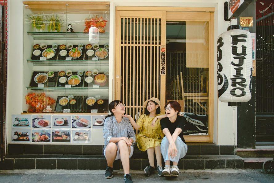 """Nơi đây tập trung rất nhiều hàng quán mang đậm phong cách Nhật Bản. Lý do chính bởi khu vực này tập trung nhiều người Nhật sinh sống. Nhiều cửa hàng do người Nhật mở nên mọi trang trí, trình bày, quảng cáo đều mang đậm phong cách xứ Mặt Trời mọc. Những chiếc đèn lồng, cờ treo dọc, khung cửa gỗ cùng những bản hiệu tiếng Nhật xuất hiện khắp phố đã khiến nơi đây biến thành một Tokyo """"thu nhỏ"""" giữa Sài Gòn. Ảnh: @cancer.of.cancer."""