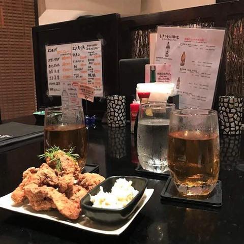 """Nếu một ngày, bạn bỗng thèm được đến Nhật Bản trải nghiệm vẻ đẹp cảnh quan và ẩm thực nhưng lại không có điều kiện để làm một chuyến du lịch, khu phố Lê Thánh Tôn sẽ là """"liều thuốc"""" cứu cánh. Nơi này tập trung mọi thứ bạn cần để thỏa mãn cơn """"cuồng"""" nước Nhật của mình. Các hàng quán ở đây bao gồm nhà hàng Nhật, quán cà phê, quán bar, siêu thị Nhật Bản... Ảnh: @ayomi_k, @jingyoming_."""