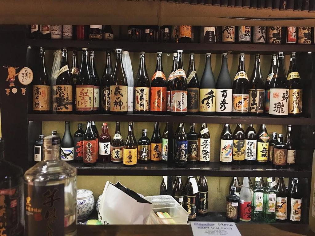 """Khu phố cũng là nơi lý tưởng để cùng hội bạn đi chơi về đêm bởi có nhiều quán bar mở muộn. Trong văn hóa Nhật Bản, các quán bar là yếu tố phổ biến bởi đồng nghiệp ở các công ty thường kéo nhau đi ăn và uống rượu giải tỏa sau ngày làm việc căng thẳng. Tất nhiên, những quán bar ở khu phố này sẽ ưu tiên các loại rượu, bia và cocktail """"chuẩn Nhật"""" trên thực đơn. Ảnh: @tanxxy."""