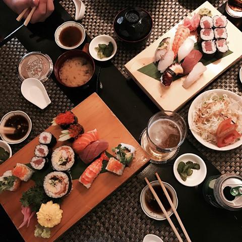 """Tại đây, không chỉ có những quầy ramen, sushi truyền thống mà còn có nhiều món ăn đậm chất Nhật khác như bánh bạch tuộc takoyaki, đá bào, sườn chiên tonkatsu... Ở giữa lòng Sài Gòn hiện đại bỗng có một """"thiên đường"""" Nhật Bản xinh đẹp như thế, khiến thành phố ngày càng trở nên đa văn hóa và thú vị hơn. Khi đến đây, bạn sẽ tự hỏi: """"Liệu còn ngóc ngách xinh xắn nào ở Sài Gòn mà ta còn chưa khám phá ra?"""". Ảnh: @212_s_e, @ngoc_huynh."""