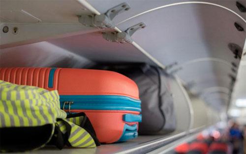 Hầu hết các hãng chỉ cho phép khách mang lên máy bay kiện đồ trong khoảng 5-10 kg, phổ biến nhất là 7 kg. Ảnh: Expert Reviews.