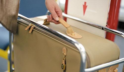 Sân bay nào cũng có khay đo kích thước hành lý xách tay trước khi làm thủ tục check-in. Ảnh: Aviabag.
