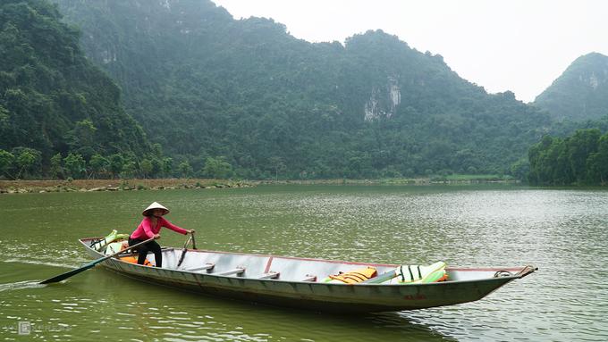 Thung Nham là một địa điểm nằm tại xã Ninh Hải, huyện Hoa Lư, cách trung tâm thành phố Ninh Bình khoảng 12 km. Nơi này tọa lạc trong quần thể danh thắng sinh thái Tràng An và không xa tuyến tham quan Tam Cốc - Bích Động nên du khách có thể dễ dàng tìm đến Thung Nham từ các địa điểm trên.