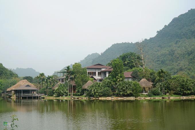 Từ Hà Nội, du khách di chuyển đến Ninh Bình bằng xe cá nhân, xe khách hoặc tàu hỏa. Từ bến xe và ga tàu, du khách có thể đi taxi đến thẳng Thung Nham với giá khoảng 130.000 - 150.000 đồng một chuyến. Để chủ động nhất, bạn nên thuê xe máy với giá khoảng 150.000 đồng, thời gian một ngày.