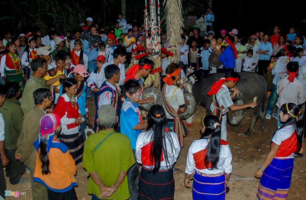 Trước khi diễn ra lễ đâm trâu, từ chiều tối hôm trước, con vật hiến tế được đưa vào buộc ở cây nêu. Các thành viên gia đình chủ lễ cùng dân làng thay nhau đi vòng quanh nhảy múa, gõ cồng chiêng suốt đêm làm say lòng du khách.