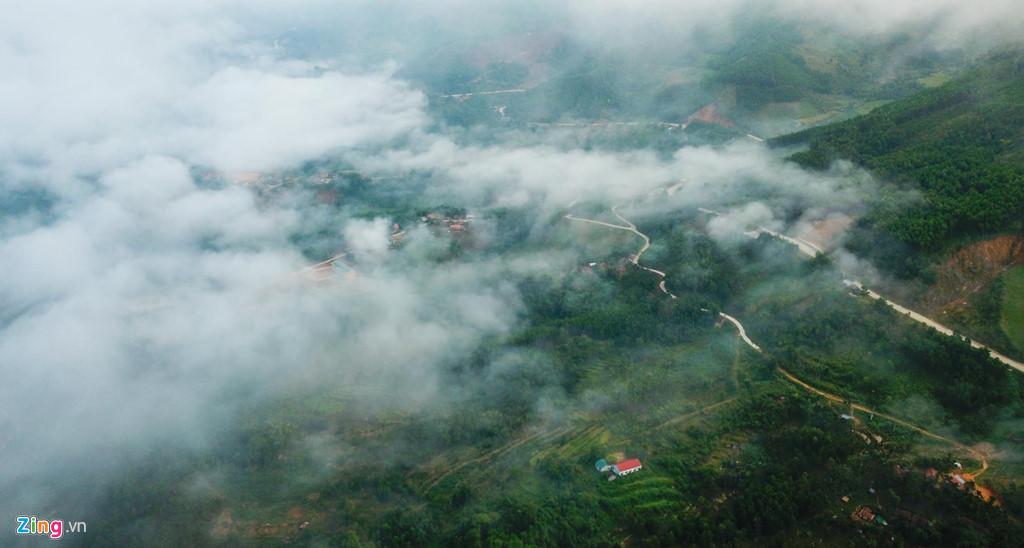 Du khách chiêm ngưỡng cảnh quan thiên nhiên thơ mộng trên đỉnh Trường Sơn Đông ở miền Trung ngỡ như mình lạc bước vào xứ sở sương mù Đà Lạt hay chu du miền đất Tây Bắc.