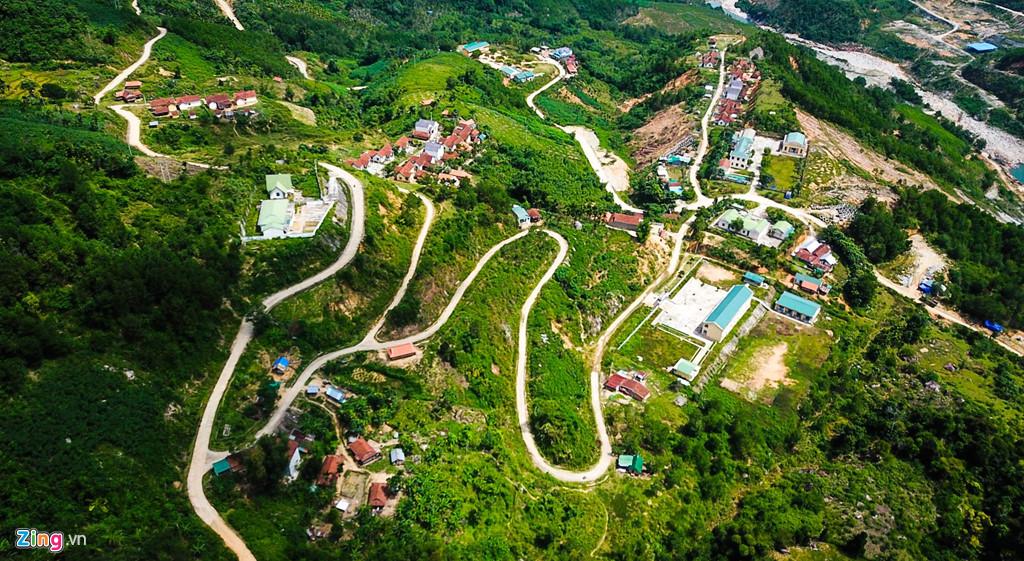 Đường làng uốn lượn giữa các bản làng tạo nên bức tranh thiên nhiên kỳ thú ở xã Sơn Liên, huyện vùng cao Sơn Tây.