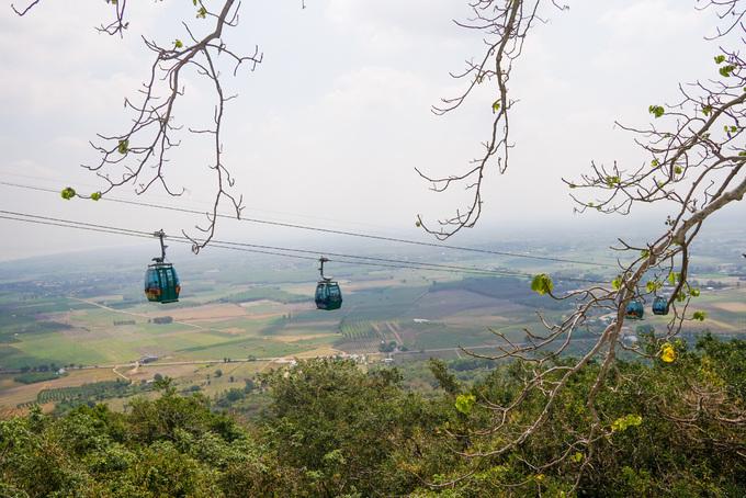 Ngoài ra, du khách có thể lên xuống chùa bằng hệ thống cáp treo dài hơn 1.000 m hết khoảng 10 phút, giá 85.000 đồng một lượt. Từ cabin, khách phóng tầm mắt nhìn cảnh vật núi rừng hoặc cánh đồng trải dài đến hồ Dầu Tiếng phía dưới.