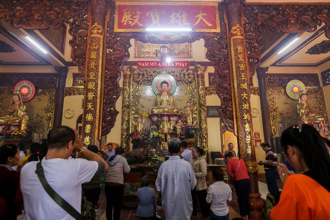 Chánh điện rộng hơn 200 m2, với nhiều cột kèo, gian thờ sơn son thếp vàng. Nơi này có tượng Phật Thích Ca cao 2,5 m; ở hai bên là các tượng Bồ Tát, Thập Bát La Hán...