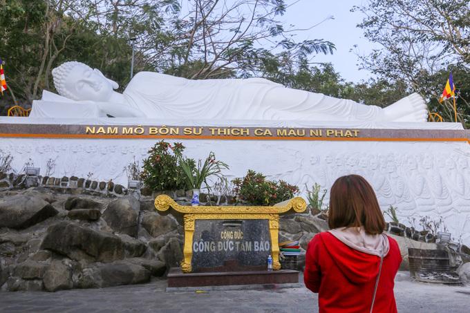 Rải rách quanh vách núi là chùa Trung, chùa Phật và chùa Hang. Đó là những nơi tu học cho tăng ni, Phật tử và đón tiếp khách chiêm bái hàng năm.