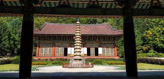 Chùa Pohyon (Phổ Hiền) ở huyện Hyangsan (tỉnh North Pyongan) là trung tâm Phật giáo lớn bậc nhất Triều Tiên. Phía trước chánh điện là bảo tháp Sokka cao 13 tầng. Đây là bảo vật quốc gia của Triều Tiên, mang số hiệu 114.