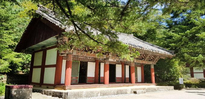 Du khách đến đây không chỉ nghe kể về lịch sử và chiêm ngưỡng ngôi chùa cổ nhất Triều Tiên mà còn được hòa mình vào thiên nhiên trong lành, yên tĩnh đặc trưng của vùng núi Myohyang.