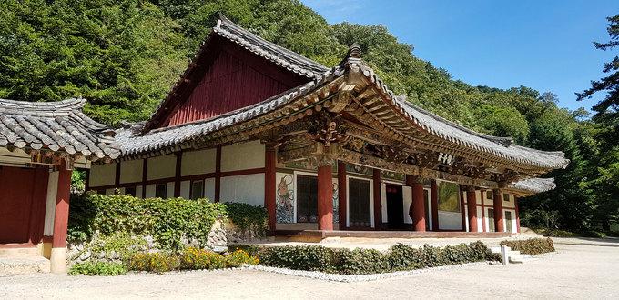 Điện Kwanum được làm năm 1449, là bảo vật quốc gia số 57 của Triều Tiên. Thiết kế đầu tiên của chùa bằng gỗ hoàn toàn, sau nhiều lần trùng tu, kết cấu hiện tại chủ yếu là bê tông, cốt thép.