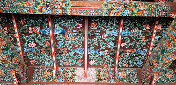 Hiện tại, chùa vẫn còn nhiều chi tiết kiến trúc cổ với những nét hoa văn được chạm trổ tỉ mỉ trên nền gỗ.