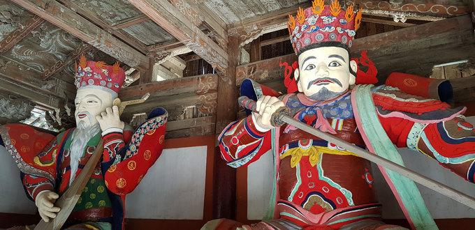 Trong chùa có nhiều tượng gỗ lớn với màu sắc rực rỡ. Trong hình là tượng của hai trong bốn vị Ma gia tứ tướng. Tác phẩm làm bằng gỗ có kích thước cao gần 3 m được chạm khắc tinh xảo.